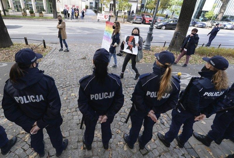 В Польше запретили делать аборты из-за неизлечимой болезни плода - фото №2