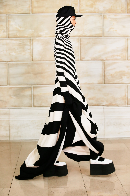 Платье с брюками, сумасшедшие объемы и смелые принты: новая коллекция Marc Jacobs (ФОТО) - фото №5