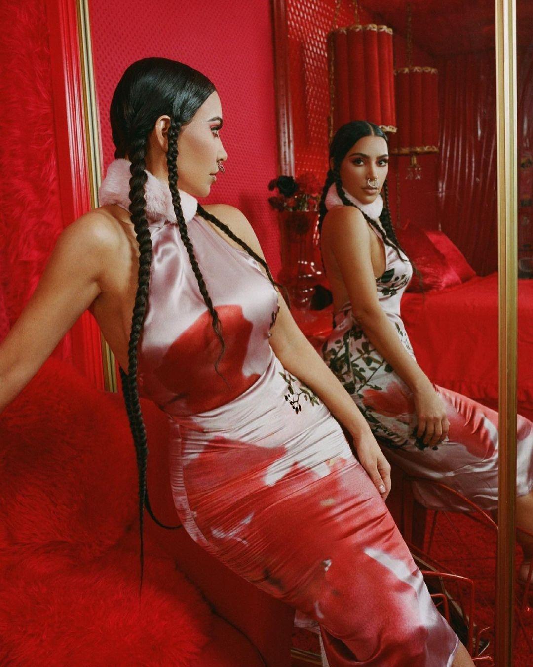 В образе гейши: Ким Кардашьян снялась показала яркие фото с новой рекламы своего бренда - фото №2