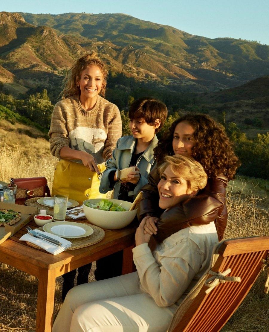 Семейный ценности: Дженнифер Лопес снялась для бренда Coach вместе со своей мамой и детьми (ФОТО) - фото №1