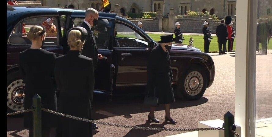 Полуголая женщина попыталась сорвать похороны принца Филиппа - фото №2