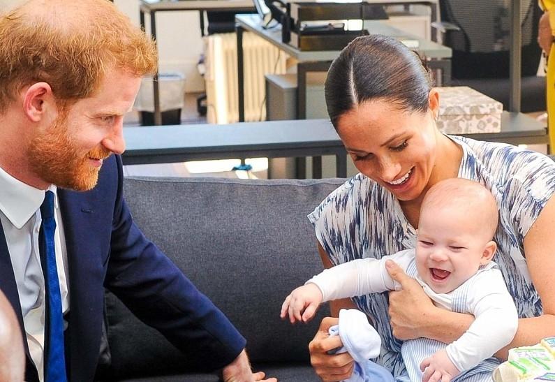 СМИ: принц Чарльз хочет лишить сына принца Гарри и Меган Маркл королевского титула - фото №2