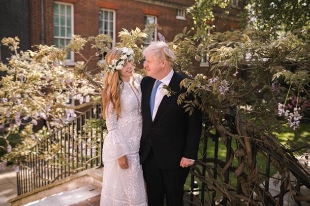 Венок из цветов и платье в стиле бохо: появились первые фото с тайной свадьбы Бориса Джонсона - фото №1