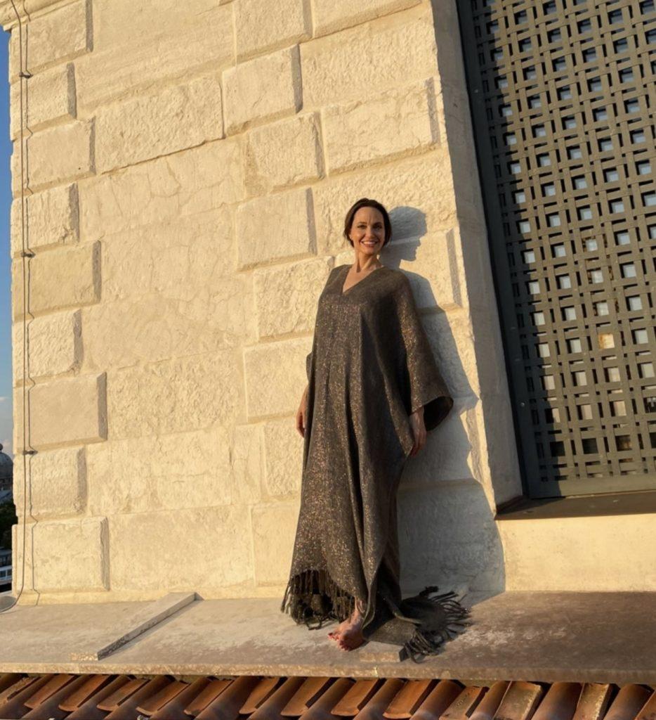 В длинном платье и без обуви: очаровательная Анджелина Джоли отдыхает в Венеции (ФОТО) - фото №3