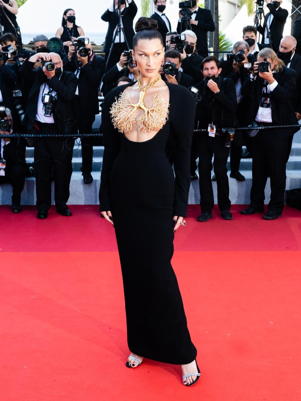 Золотые бронхи и обнаженная грудь: Белла Хадид показала самое эффектное платье на Каннском кинофестивале (ФОТО) - фото №1