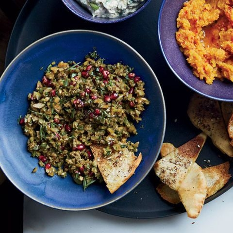 Закуска из зеленых оливок, грецких орехов и граната