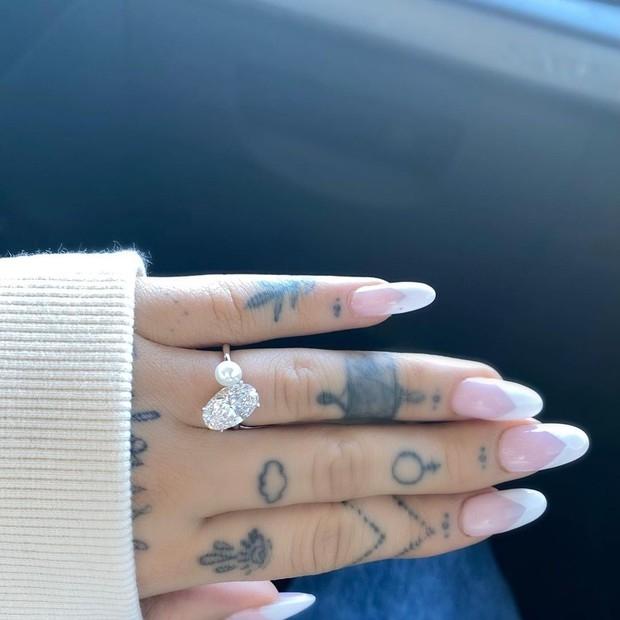 Ариана Гранде объявила о помолвке и показала необычное обручальное кольцо (ФОТО) - фото №1