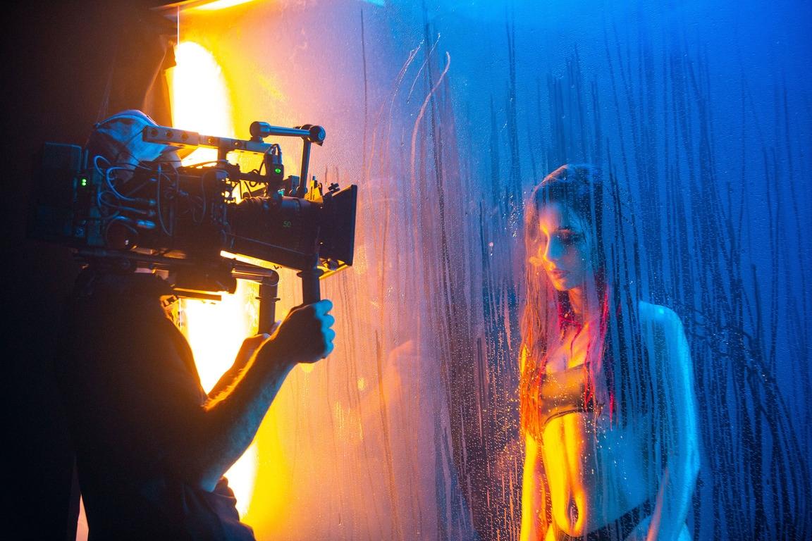 """Обнаженная и дерзкая: Анна Тринчер объявила о своем новом творческом этапе бэнгером """"По Губам"""" - фото №4"""