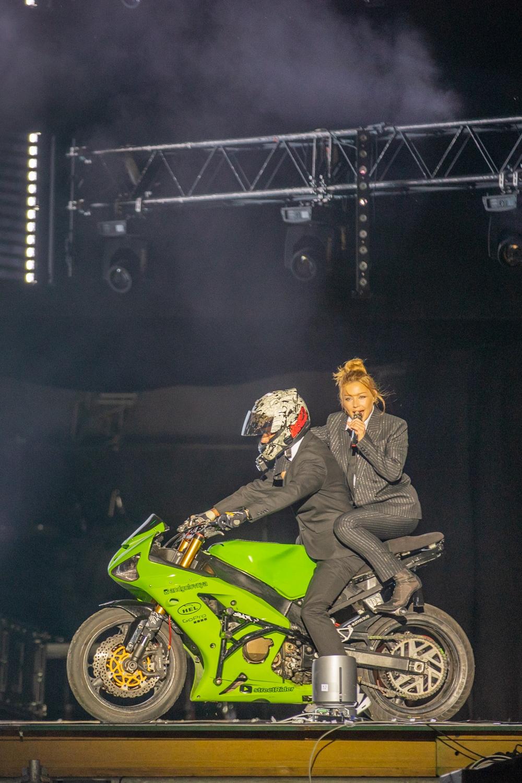 """Двухметровый питон, езда на байке и дополненная реальность: Тина Кароль выступила с шоу """"Красиво"""" на Atlas Weekend 2021 (ФОТО) - фото №1"""