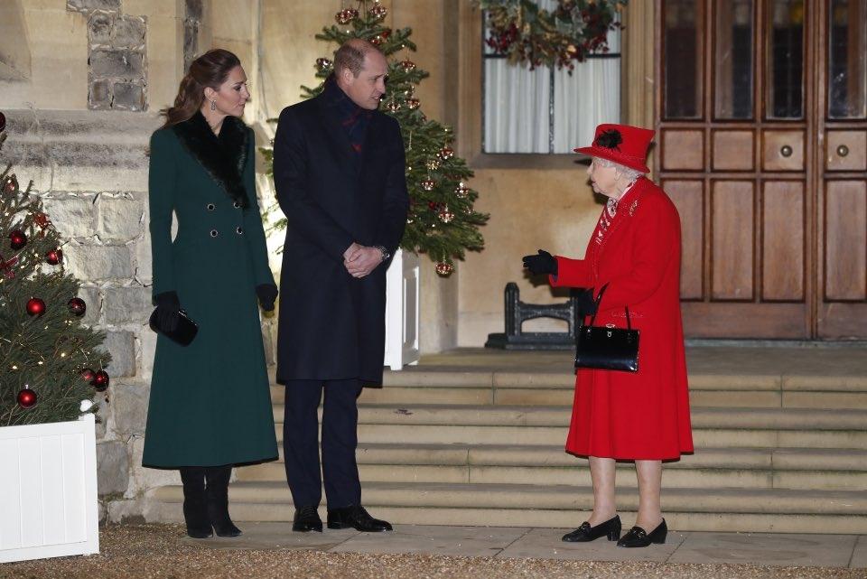 Красное или зеленое? Кейт Миддлтон и Елизавета II встретились в Виндзоре и показали стильные образы (ФОТО) - фото №1