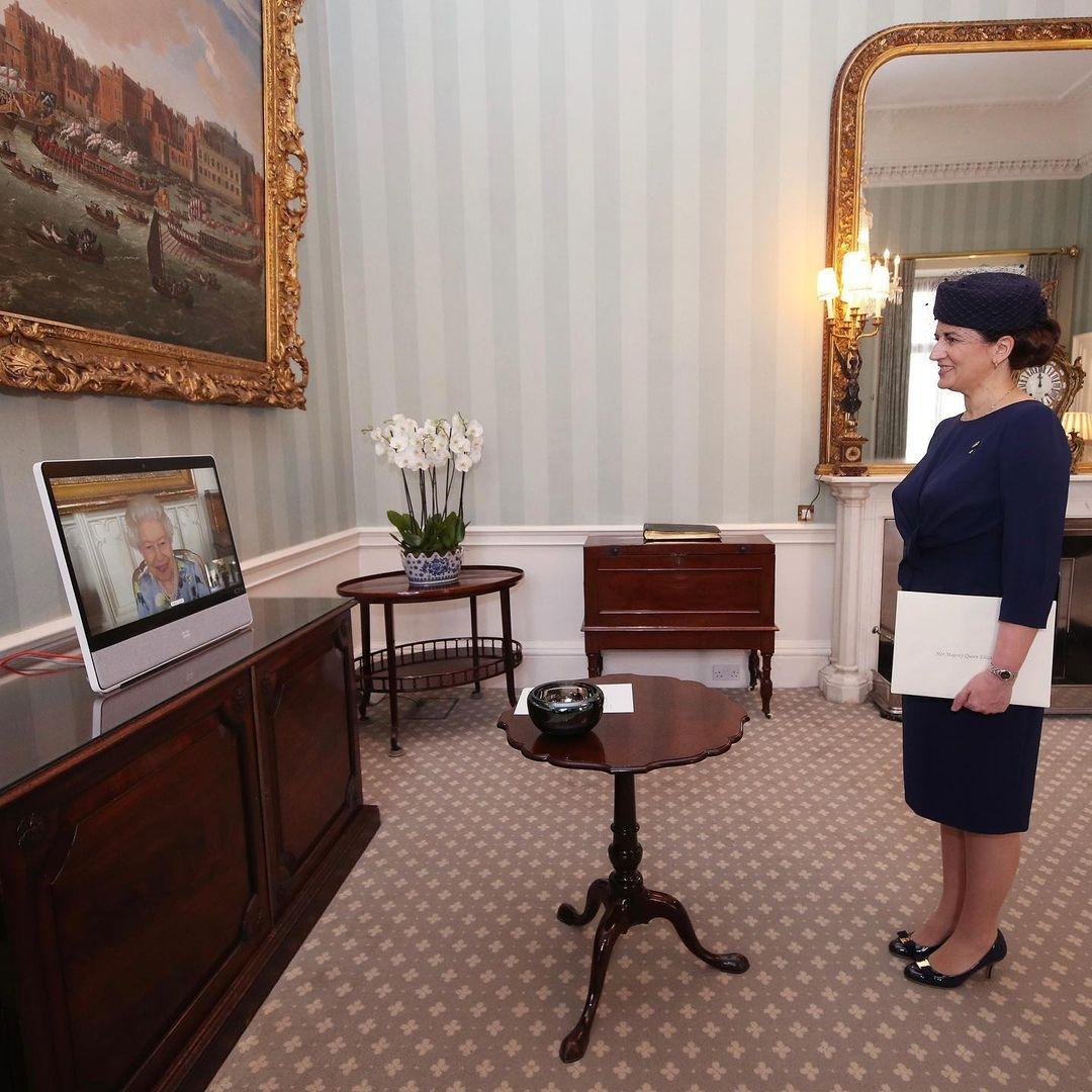 Елизавета II провела первую рабочую встречу после смерти мужа (ФОТО) - фото №2