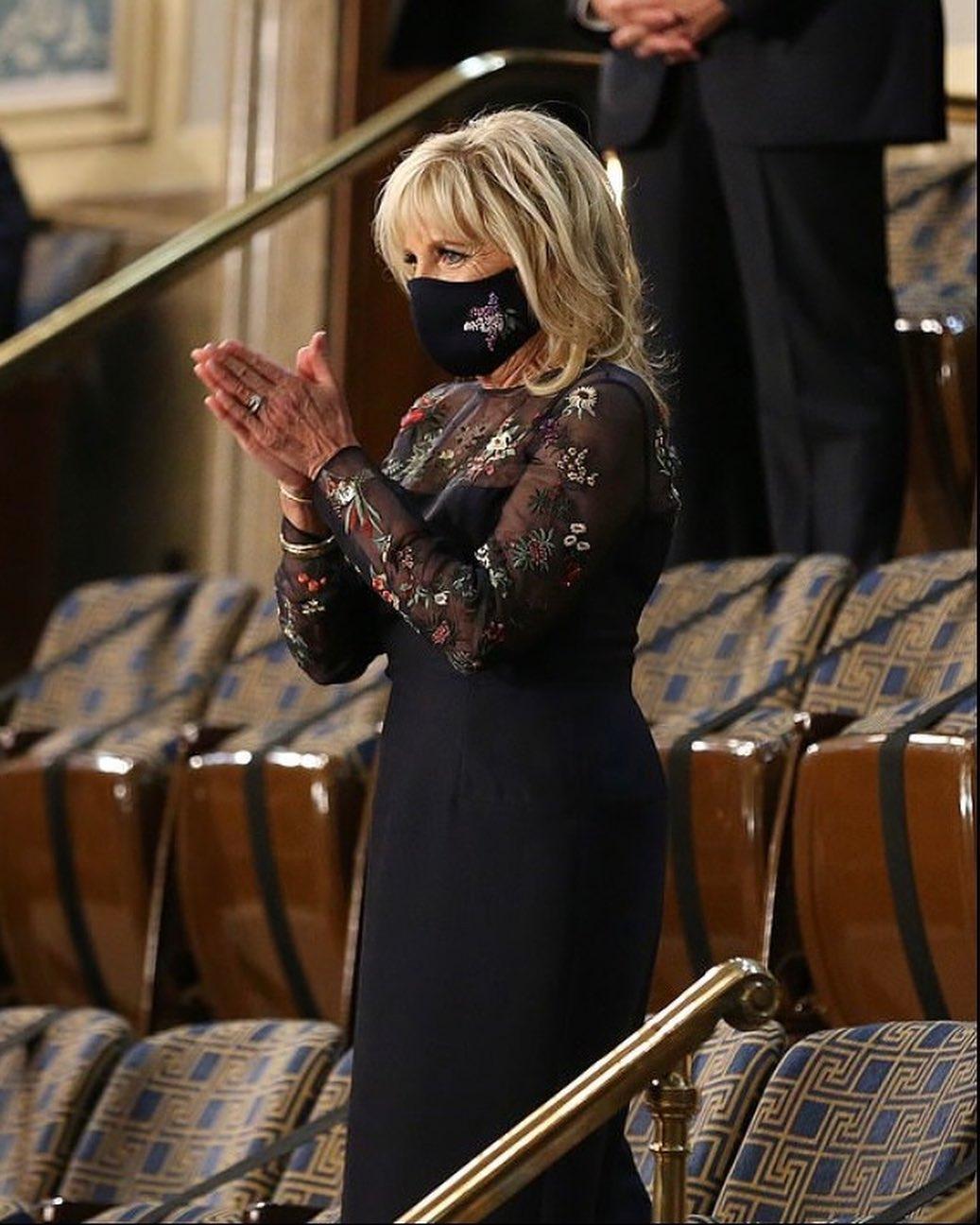 Джилл Байден вышла в свет в элегантном платье с прозрачными вставками (ФОТО) - фото №1