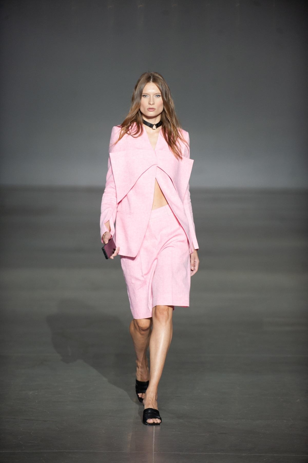 Яркие костюмы, элегантные платья и топы с вырезами в новой коллекции Elena BURENINA (ФОТО) - фото №6
