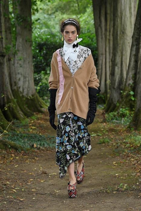 """Неделя моды в Лондоне: Erdem выпустили новую коллекцию по мотивам книги """"Любовница вулкана"""" - фото №7"""