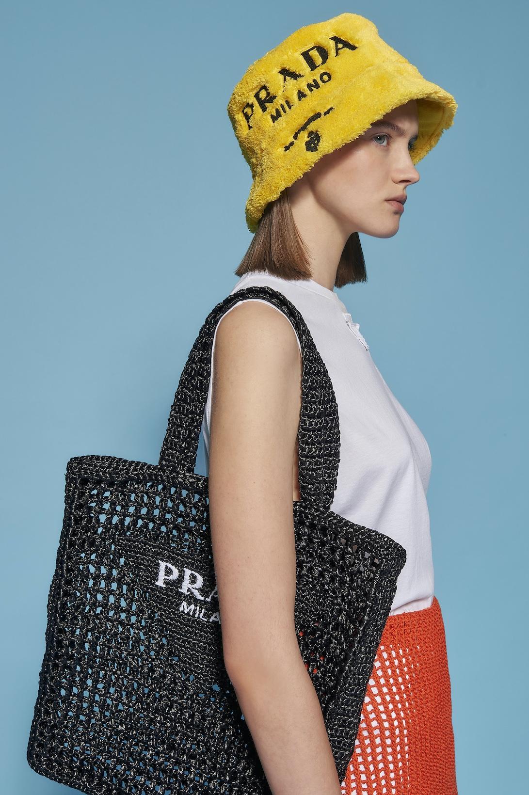 Махровые панамки и соломенные шоперы: Prada выпустили пляжную коллекцию (ФОТО) - фото №2