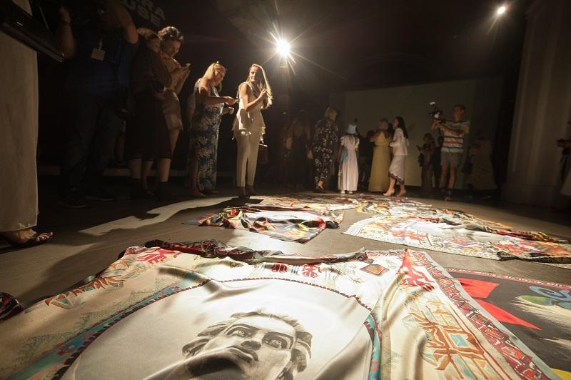 Художниця ZINAIDA на UFW NoSS 2021 презентувала колекцію хустин, орнаментовану принтами Батьківщини-матері (ФОТО) - фото №1