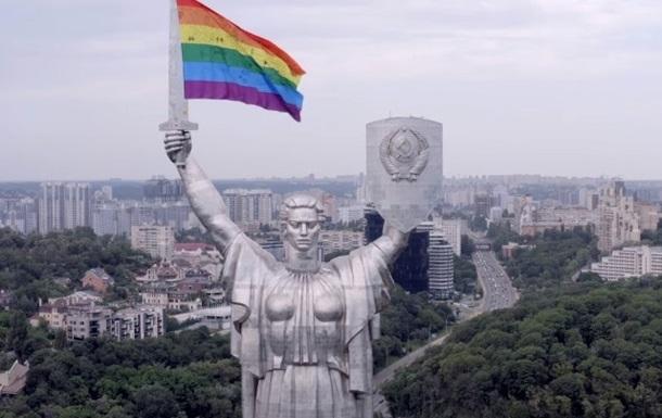 """В Киеве """"Родину-мать""""украсили радужным флагом ЛГБТ-сообщества (ВИДЕО) - фото №2"""