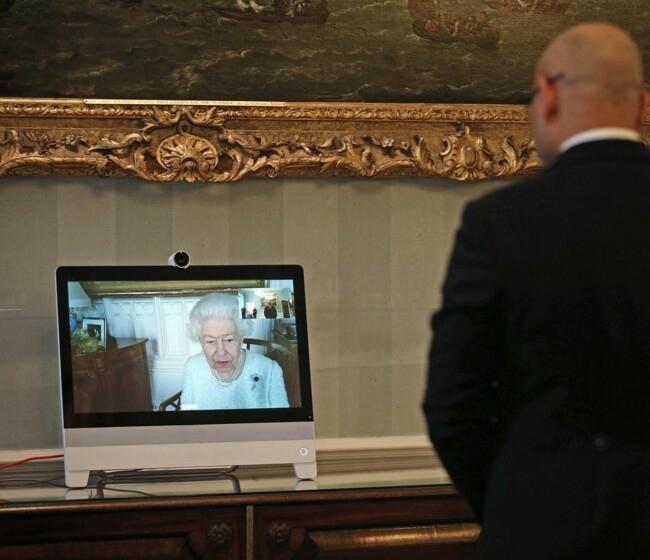 В белом платье и жемчужном ожерелье: королева Елизавета II провела свою первую виртуальную аудиенцию - фото №1