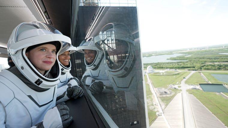 Туризм будущего: компания Илона Маска SpaceX впервые отправила в космос гражданскую миссию - фото №2
