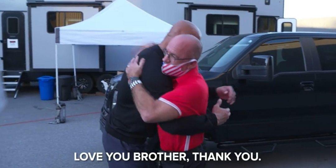 """""""Я люблю тебя, брат"""": Дуэйн Джонсон подарил авто мужчине, который поселил его у себя, когда тот был подростком - фото №2"""