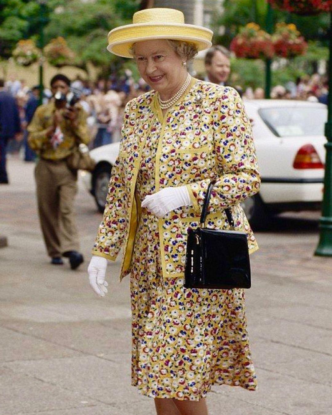"""Сайт любимых сумок Елизаветы II не выдержал ажиотажа после выхода """"Короны"""" и вышел из строя - фото №2"""
