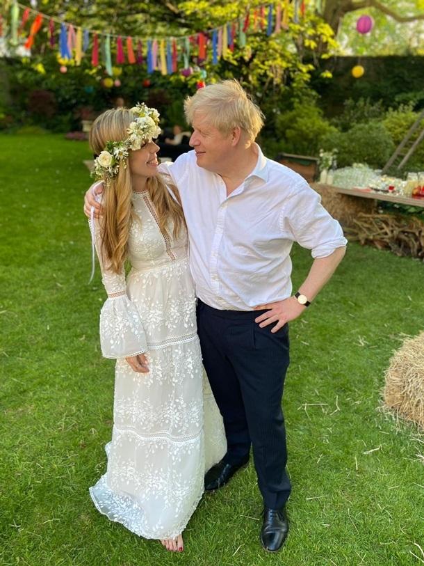 Венок из цветов и платье в стиле бохо: появились первые фото с тайной свадьбы Бориса Джонсона - фото №2