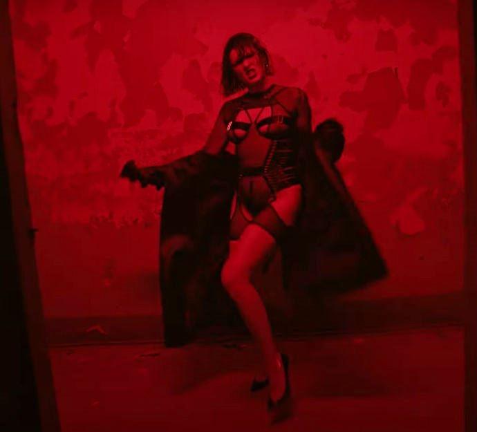 """""""Call 911"""": MARUV в новом клипе показала бордель и в стрингах станцевала тверк - фото №2"""
