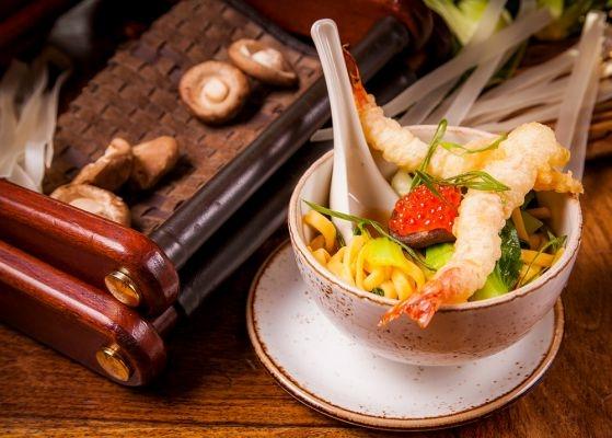 Мисо-суп с лапшой, опятами и креветками