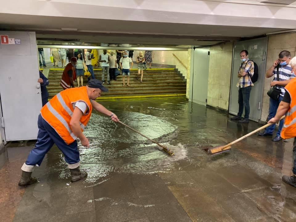 Киевское метро затопило: какие станции закрыли для пассажиров - фото №2