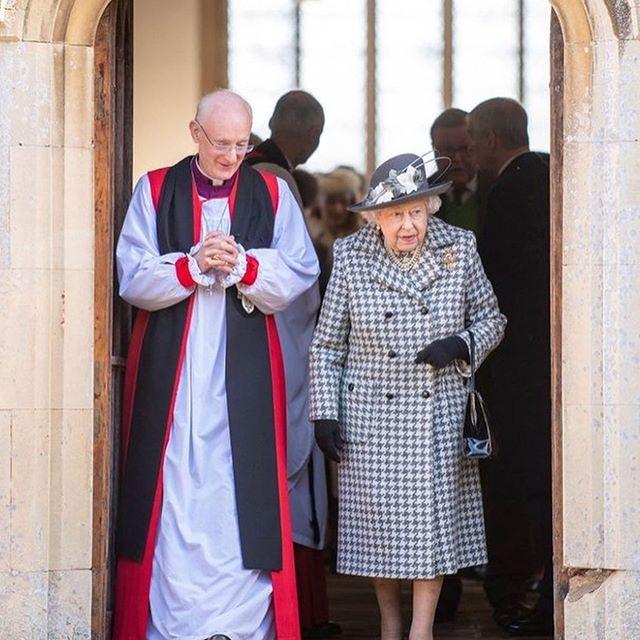 Елизавета II пришла в церковь со скандальным принцем Эндрю, замешанным в секс-скандале - фото №3