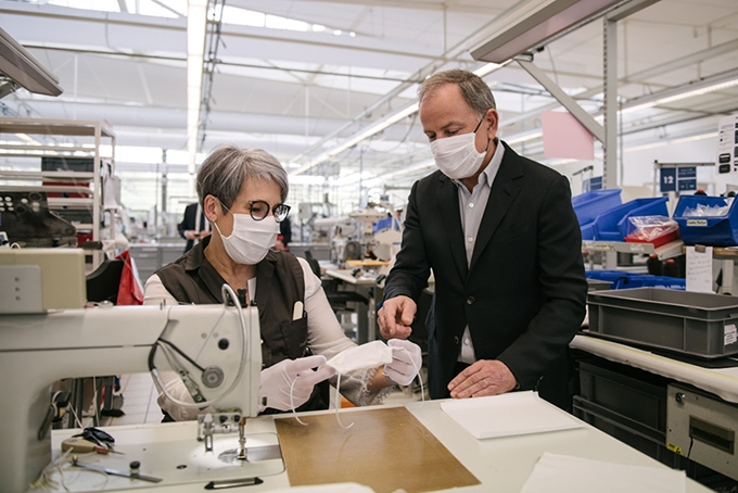 Fashion-помощь: Louis Vuitton теперь будут отшивать медицинские маски - фото №1