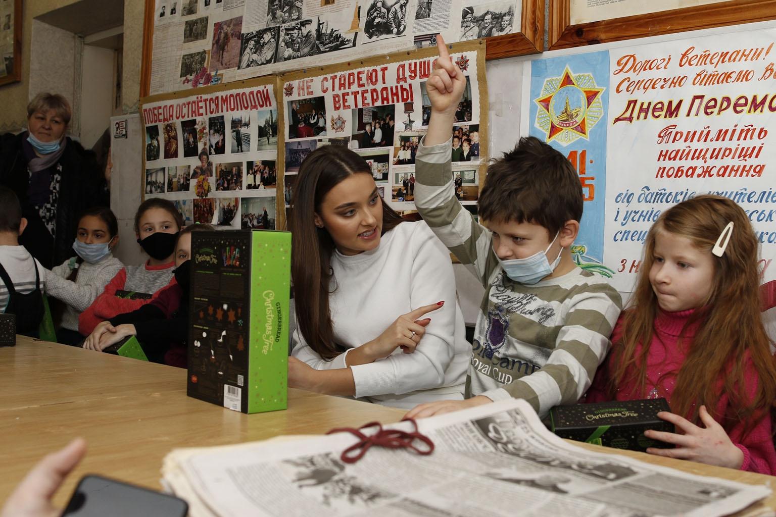 Счастливые улыбки и вдохновленные дети: как прошла встреча Вероники Дидусенко с детьми из неполных и многодетных семей (ФОТО) - фото №3