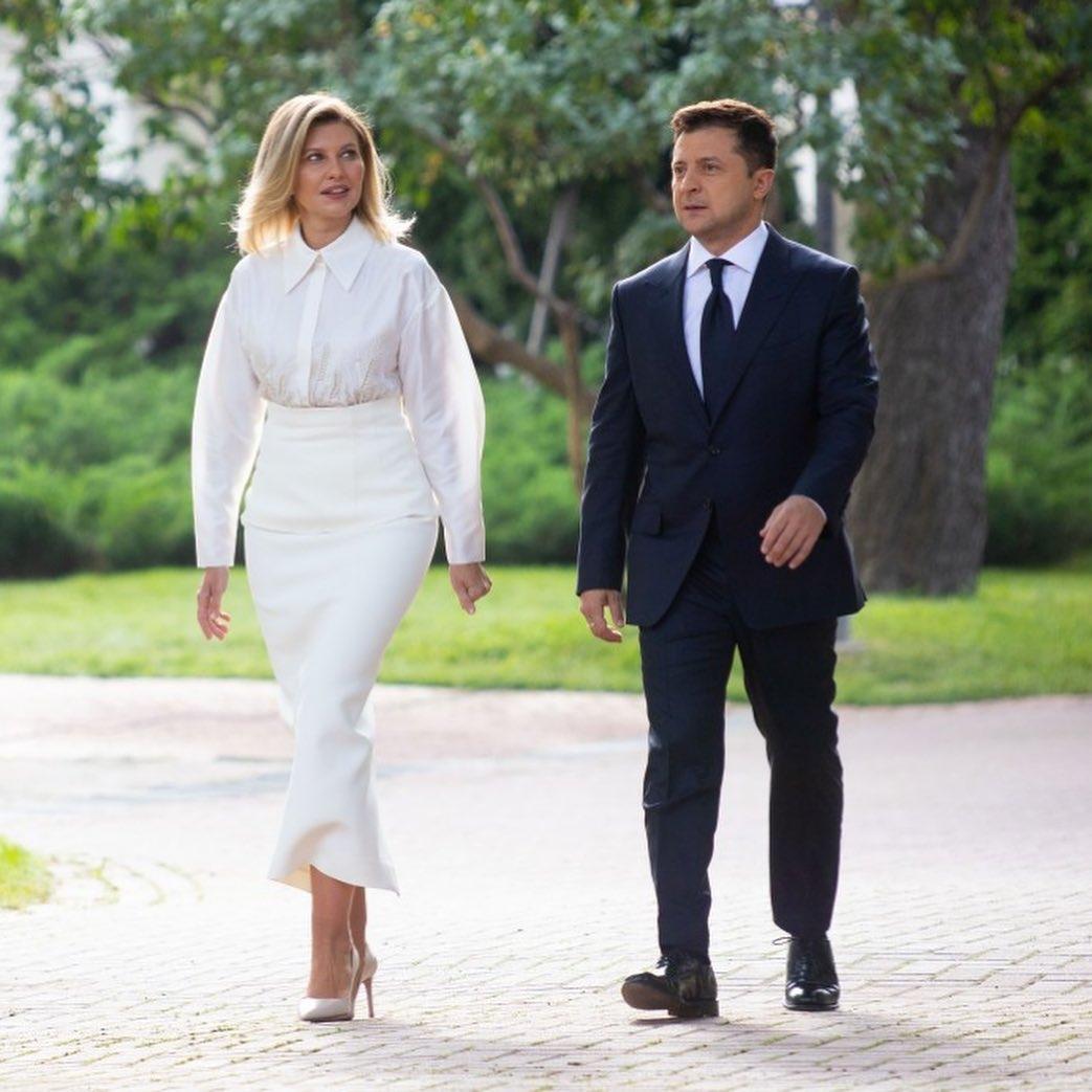 В белой блузке и юбке молочного цвета: как Елена Зеленская выглядела на праздновании Дня Независимости 2021 - фото №2