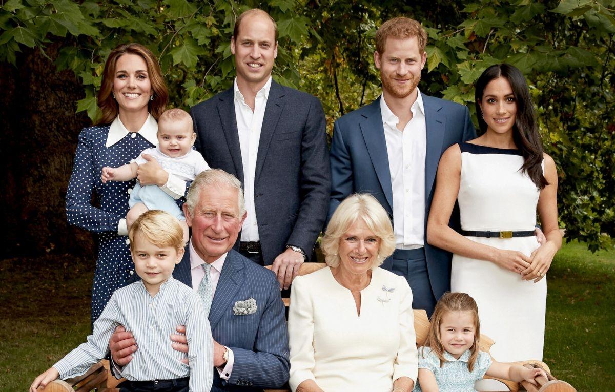 Еще один шаг к примирению: принца Гарри и Меган Маркл включили в выставку королевских портретов - фото №1