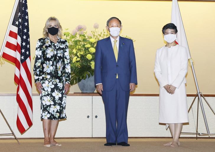 Цветочный принт, горох или смелый красный? Джилл Байден восхитила стильными образами в Японии (ФОТО+ГОЛОСОВАНИЕ) - фото №2