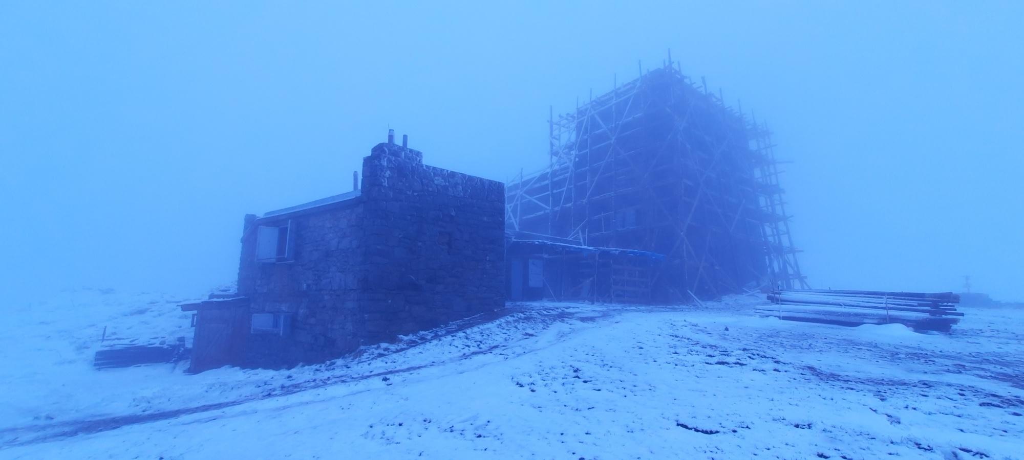Аномальная погода: Карпаты замело снегом (ФОТО) - фото №1