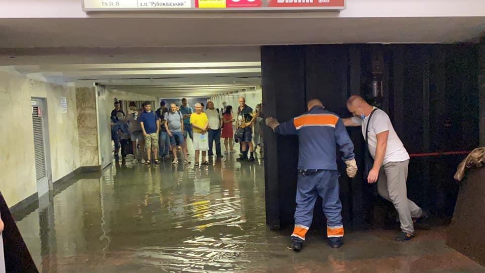 Киевское метро затопило: какие станции закрыли для пассажиров - фото №3