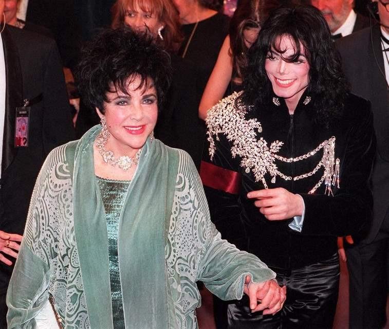 С гардероба Майкла Джексона: Ким Кардашьян подарила дочери неприлично дорогой подарок на Рождество - фото №2