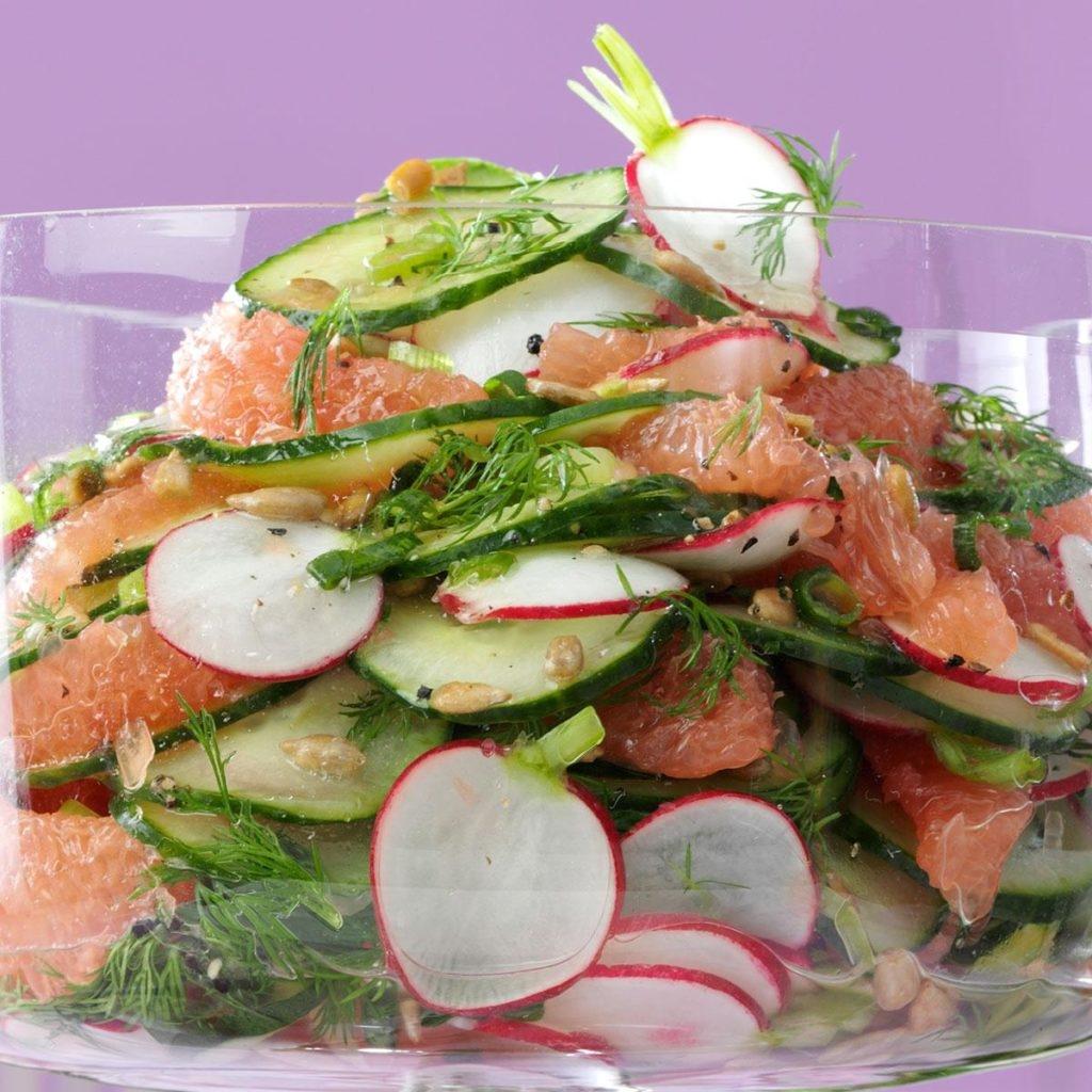 Салат с редиской, огурцом и грейпфрутом