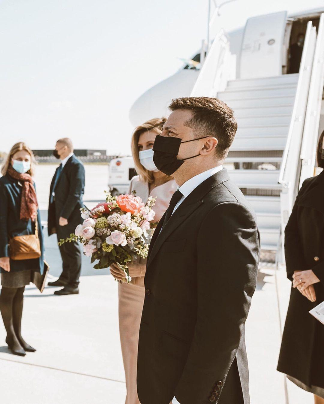 Образ дня: Елена Зеленская в женственном наряде прилетела в Париж (ФОТО) - фото №3