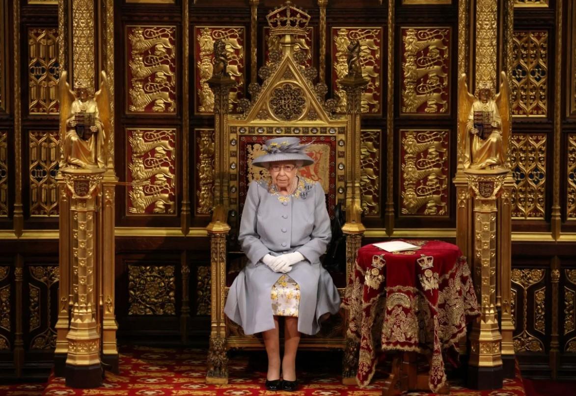 Королева Елизавета II впервые появилась на публике после похорон мужа (ФОТО) - фото №4