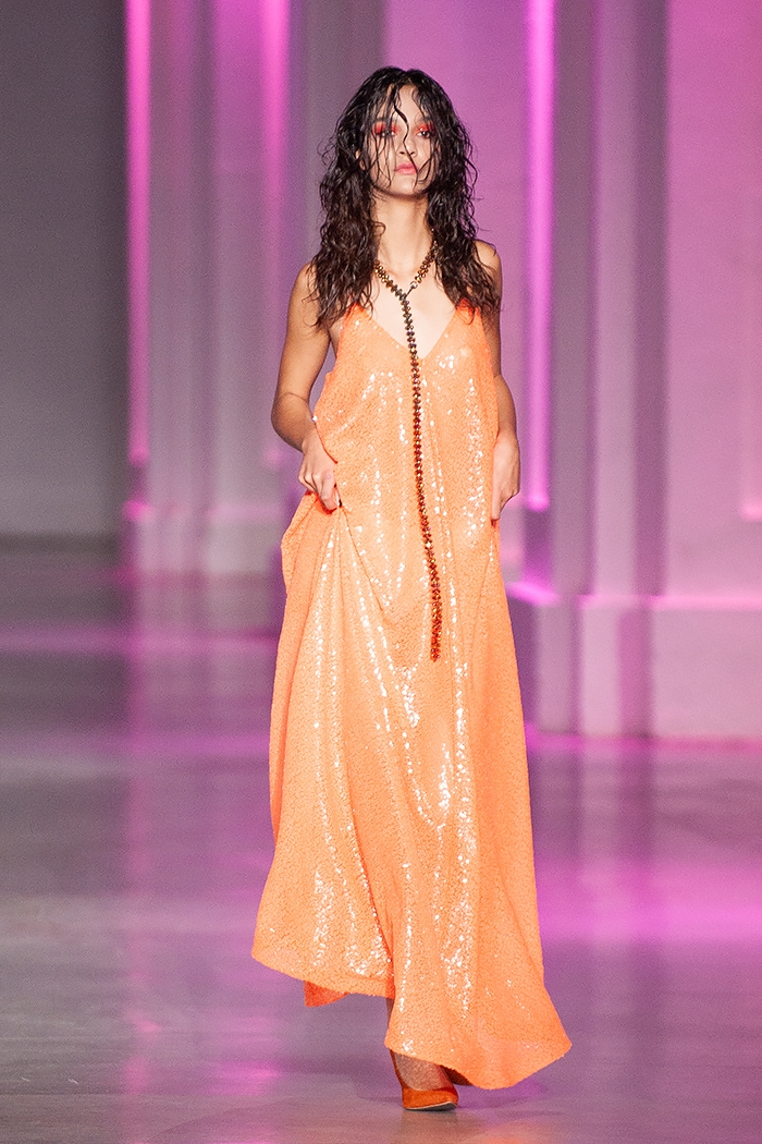 Униформа, яркие цвета и женственность: какие тренды показали молодые дизайнеры на UFW (ФОТО) - фото №11