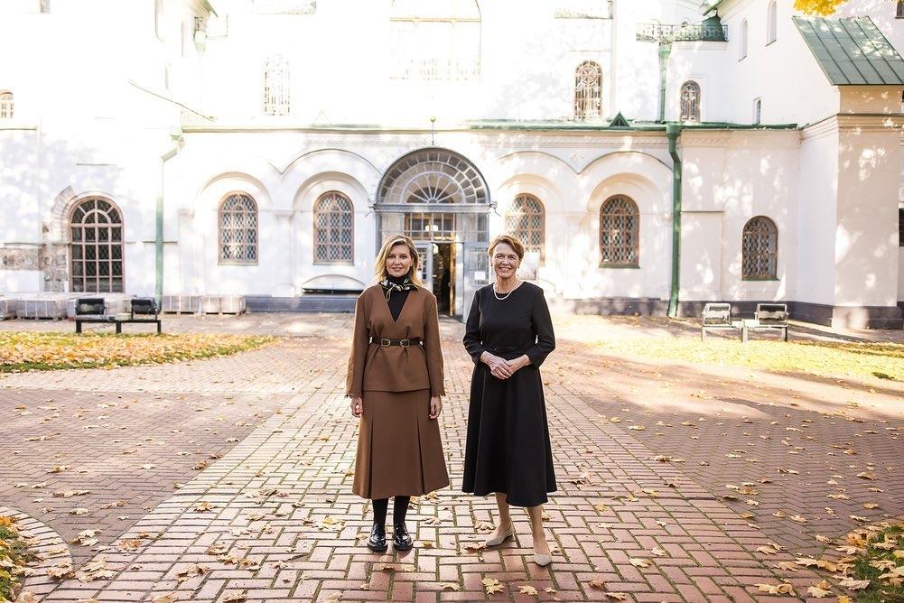 Образ дня: Елена Зеленская вышла в свет в стильном костюме украинского бренда (ФОТО) - фото №1