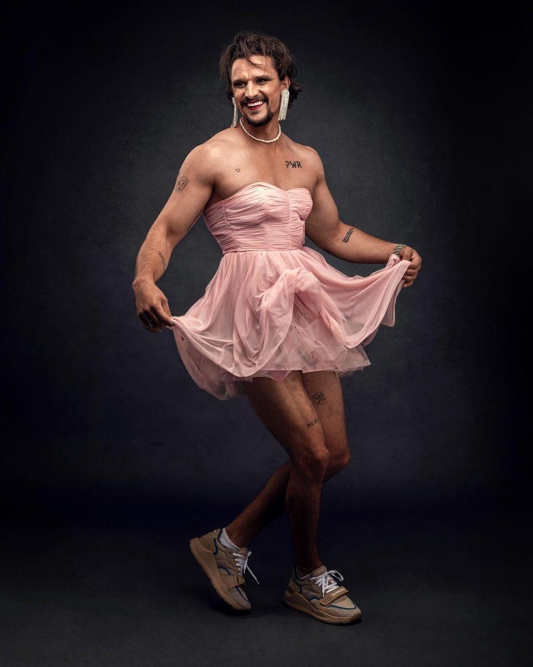 В розовом платье и макияже: Тарас Цымбалюк удивил эпатажной фотосессией (ФОТО) - фото №1
