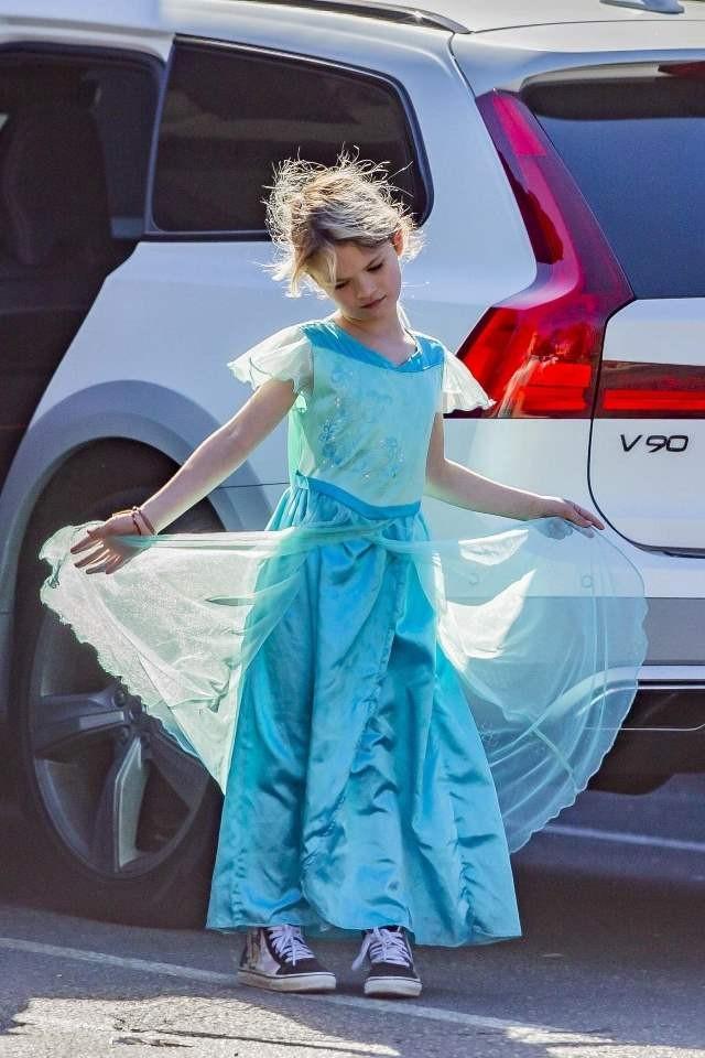 Маленькая принцесса: сын Меган Фокс пришел на детский праздник в любимом платье (ФОТО) - фото №1