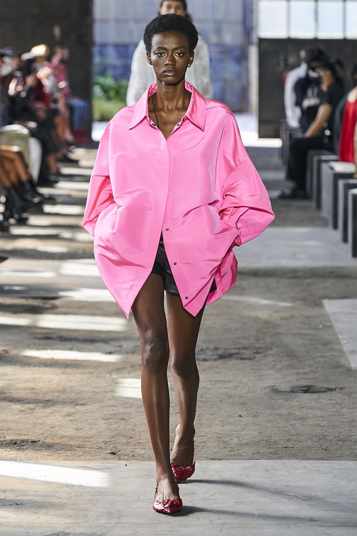 Неделя моды в Милане: Valentino представил коллекцию, вдохновленную цветами (ФОТО) - фото №7