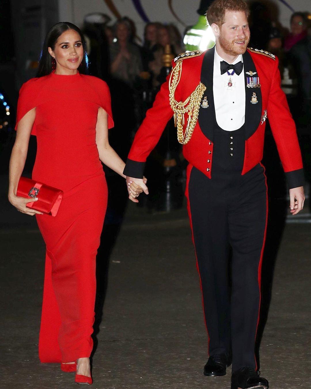 Роскошный выход Меган Маркл и принца Гарри: внук королевы появился в последний раз в качестве генерал-капитана Королевской морской пехоты (ФОТО) - фото №1