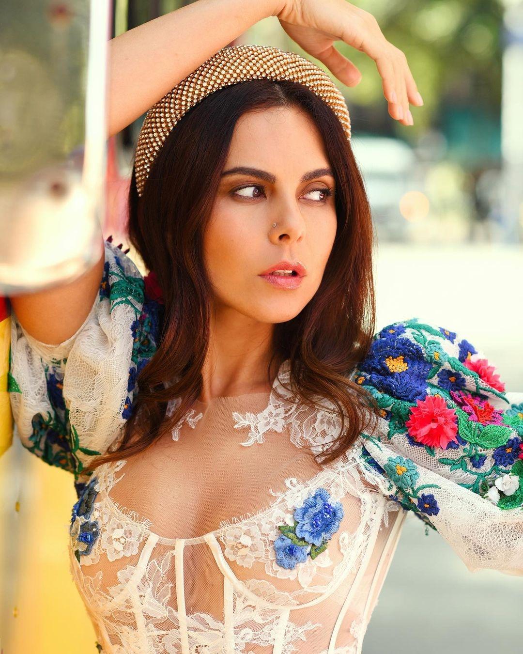 NK | Настя Каменских впечатлила новыми снимками в роскошном образе мексиканки - фото №4