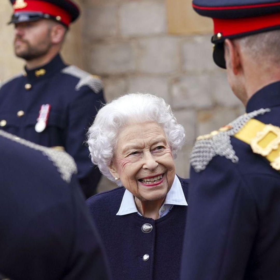 Королева Елизавета II вышла в свет и показала уютный осенний образ (ФОТО) - фото №4