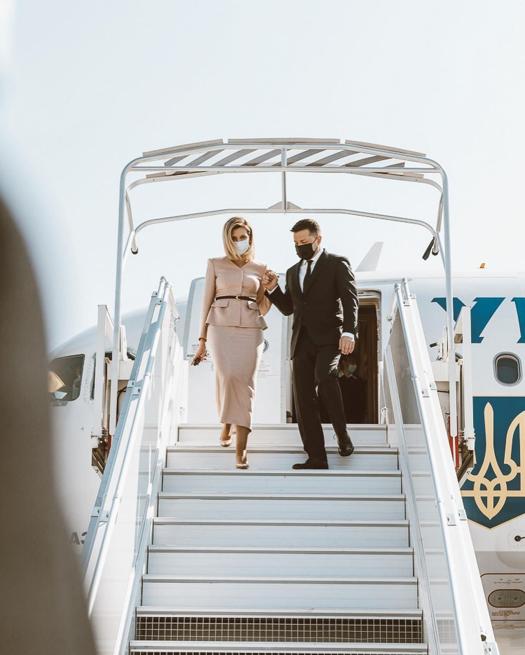 Образ дня: Елена Зеленская в женственном наряде прилетела в Париж (ФОТО) - фото №1